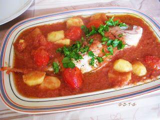 Το Ελληνικό Χρέος στη Γαστρονομία: Ψάρι φούρνου με κόκκινη σάλτσα, πατάτες και ντοματ...