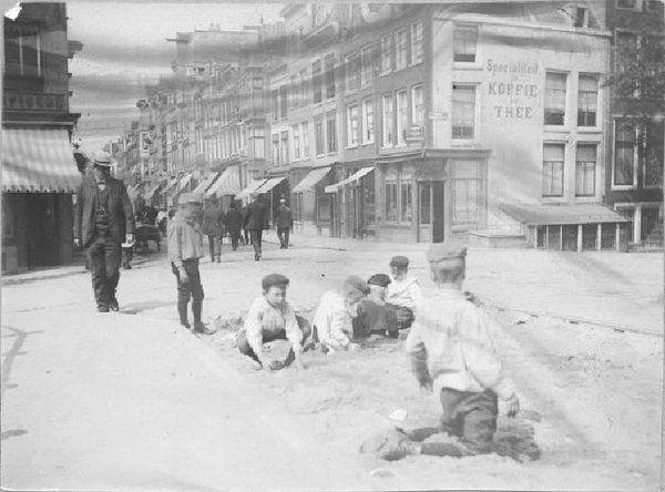 spelende kinderen 1907 #Haarlemmerdijk hoek Korte Prinsengracht fotograaf J.L. Scherpenisse