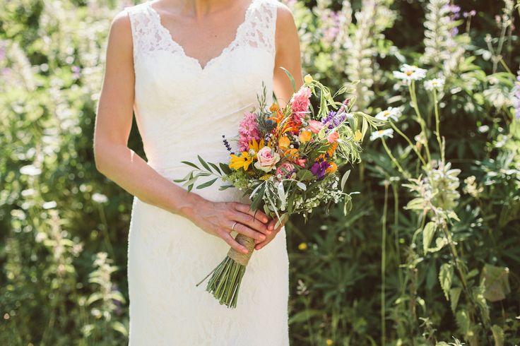 Bruidsboeket met geel, roze, oranje veldbloemen. Veldboeket.