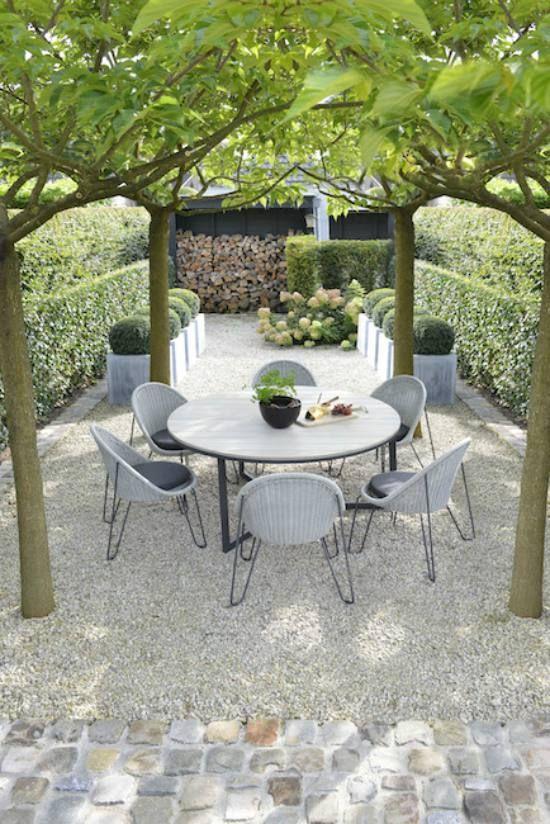 Tuinstoelen bij een ronde houten tafel