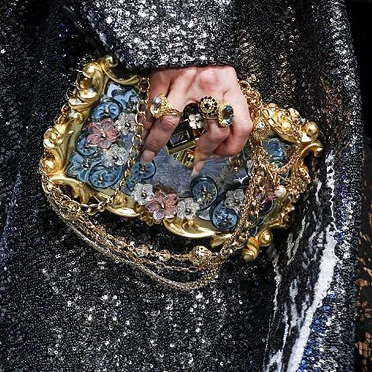 Be bright like a glitter and bubbly like champagne #bestjewelrymoment at #fashionweek @dolcegabbana #fashionshow #glitter #sparkle #opulence #opulent #extravaganza #style #advancedstyle #maximalism #fun #flower #gold #silver #fashiondetails #detail #fashionrunway #accessories #rings #bag #clutch #lightblue #unique