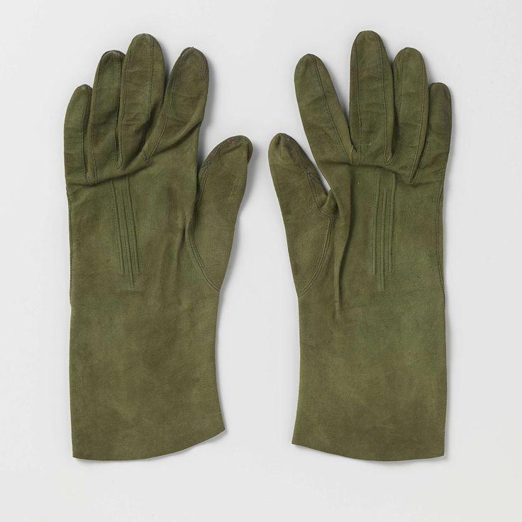 Anonymous | Pair of suede gloves with receding cords, Anonymous, c. 1900 - c. 1915 | Rechterhandschoen van groene suède, op de rug drie verspringende koorden.