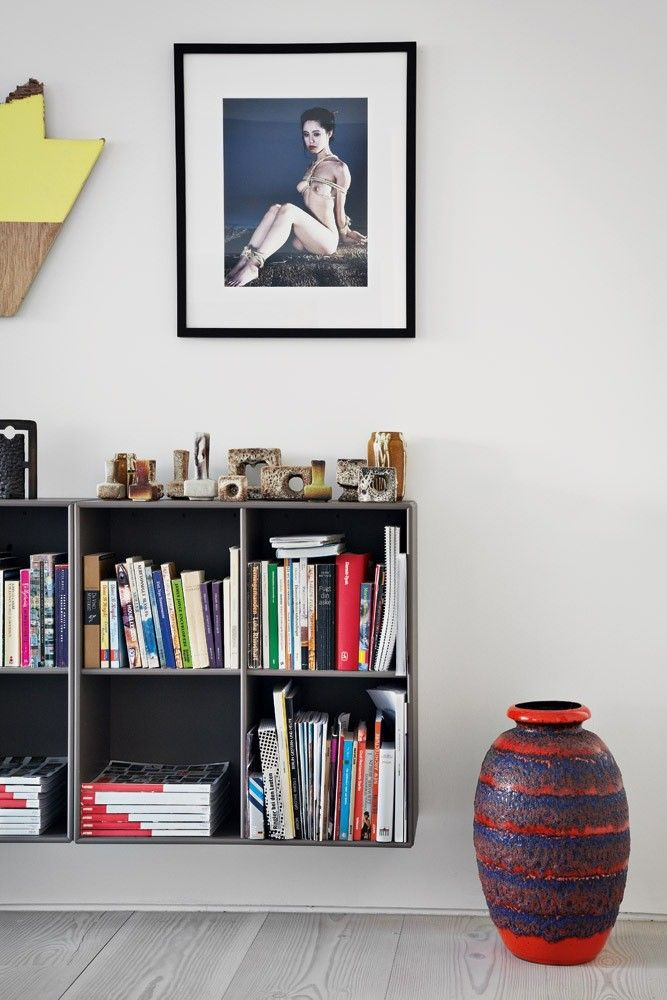En indbygget reol på hele endevæggen i stuen møblerer og bringer ...