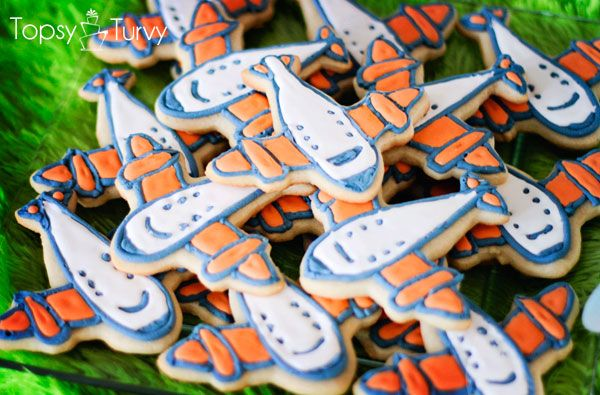 airplane cookies with color flow method - tips on creating this pillowly effect on your cookies