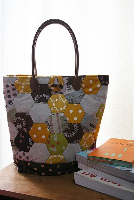 Hexies Patchwork Bag   Flickr - Photo Sharing! Love this bag design.