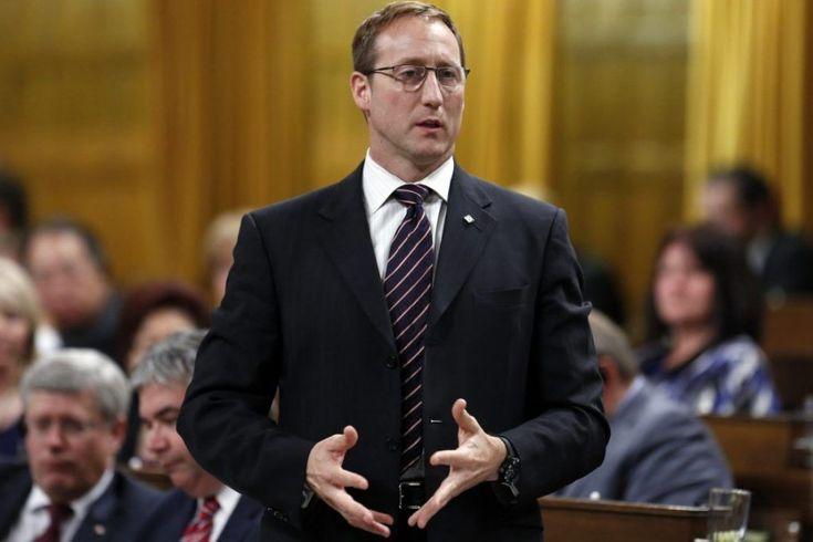 Le ministre fédéral de la Justice, Peter MacKay, a fait sourciller des fonctionnaires, ce printemps, en rendant des hommages très différents aux hommes et aux femmes...