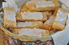 smørbagte småkager romessens julesmåkager hurtigtbagte fedtebrød fedtebrød  Småkagedåsen fyldes med : sprøde fedtebrød med romglasur