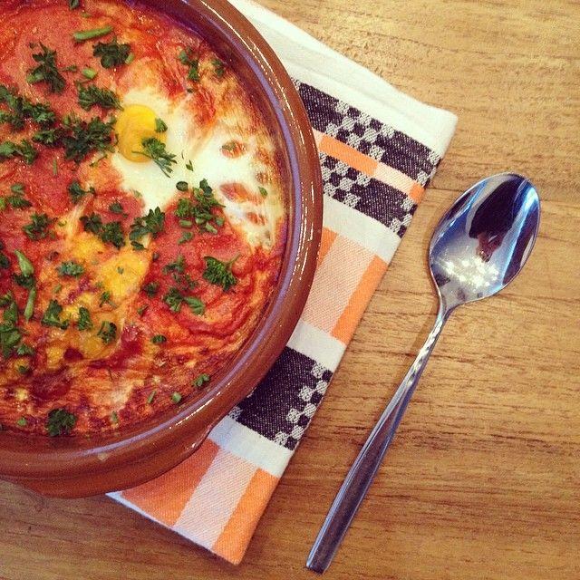 Er zijn overal ter wereld verschillende bereidingen van eieren in rode saus. Zo is er het Indonesische sambal goreng telor en het Arabische shakshouka (maar ik noem het lieverشكشوكة behalve als i...