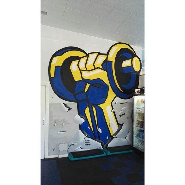 "Un poquito de curro nocturno nunca esta de mas... Gym K1 fit, en el p-29 de C.Villalba, ""Nos ponemos fuertes"" parte 1\2.  #gym #fitness #workout #work #graffiti #strong #henryhumanchase"