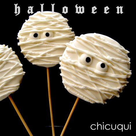 Galletas decoradas sin gluten y con palito con forma de momia para Halloween! Tutorial en chicuqui.com