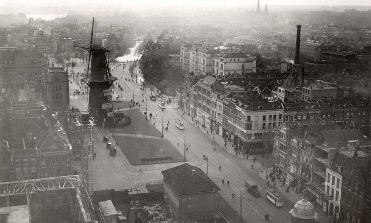 De Coolsingel vanaf de toren van het stadhuis. De foto is gemaakt in 1919 en komt uit het archief van Spaarnestad. Korenmolen De Hoop is in 1920 gesloopt