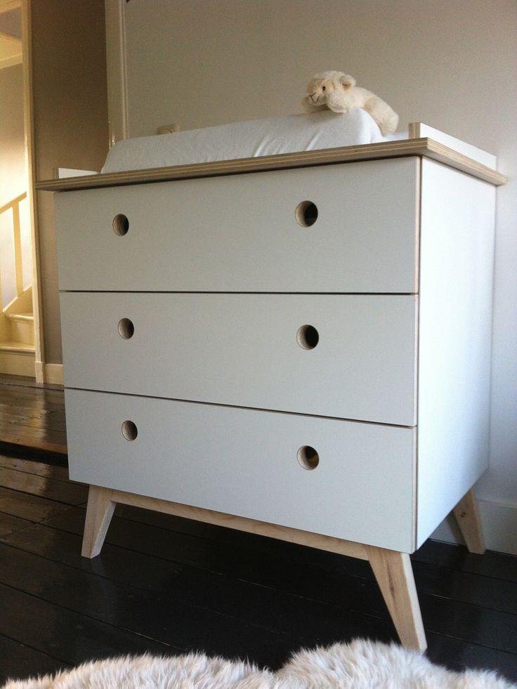 Het ontwerp van deze retro commode is uitvoerbaar in verschillende materialen. Zo is dit meubel al eens uitgevoerd in grenen en MDF. Onlangs heeft Timmerbedrijf Schinkel de commode gemaakt van berkenhout multiplex en bekleed met wit HPL (een kunststof toplaag). Elk gewenste kleur is mogelijk.