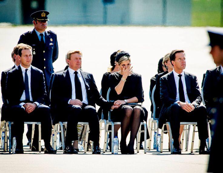 Koningin Maxima heeft het  even moeilijk tijdens de ceremonie op vliegveld Eindhoven t.g.v. de thuiskomst van de eerste dodelijke slachtoffers van vlucht MH 13 en wordt bemoedigd door haar man! Respect!