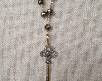 VENTA - Pirita y cadena collar largo con colgante clave de diamantes Pave