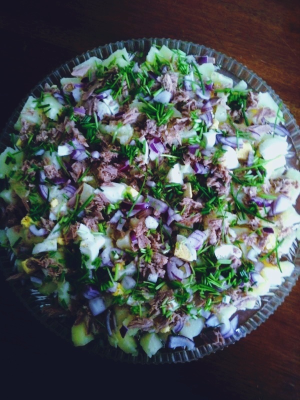 The beauty of food & cooking, spanish tuna salad: boiled potato, red onion, boiled egg, chive, tuna, red onion, lime, olive oil & lime oil, salt & pepper. Together with some bread on the side and you are a happy person!