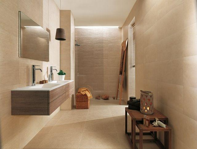 carrelage de salle de bains beige et un meuble vasque en bois
