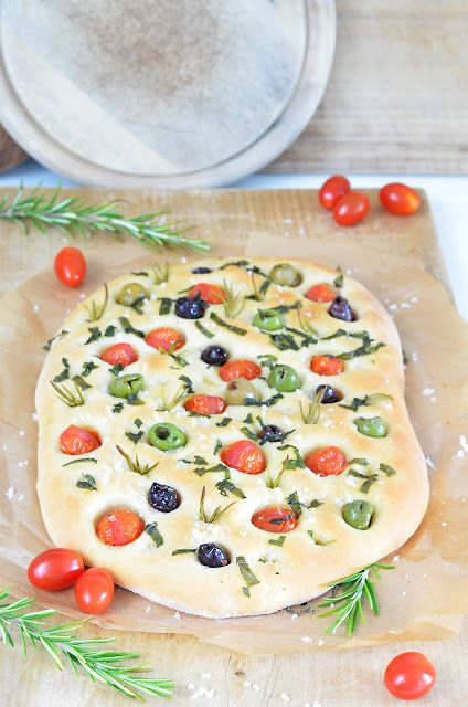 Focaccia mit Oliven und Tomaten von @sarahkrisenherd
