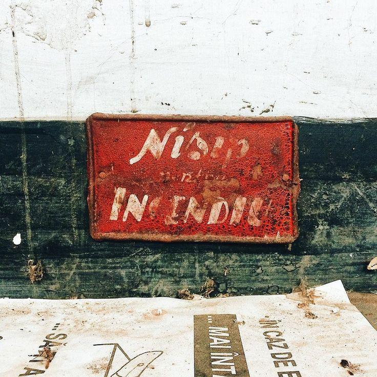 incendiu de nisip . . . #anina#type#typography#ig_anina#ig_timisoara#centralaelectrica#igersromania#createcommune#cheadsmagazine#peoplescreatives#creativemag#instaart#illustratorsoninstagram#redandblack#old#nostalgico#red#write#sand#fire