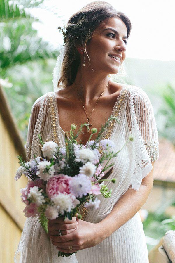 Bouquet em tons claros de rosa e lilás - Noiva boho - Casamento na praia ( Bouquet: Tais Puntel | Vestido de noiva: Emannuelle Junqueira | Foto: Duo Borgatto ) #noiva #bouquet #weddingbouquet