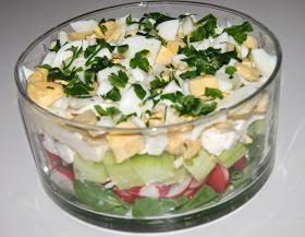 Składniki:   2 garście roszponki  3 jajka  100 g sera feta  1 długi ogórek  1 pęczek rzodkiewek  6 łyżek majonezu  2 łyżki posiekanej natki...