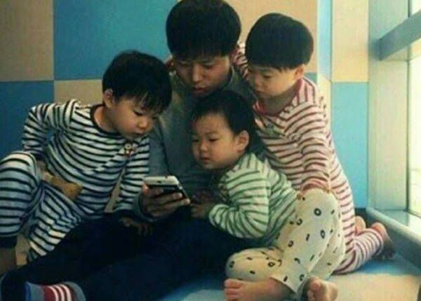 """Superman Returns"" Cameraman Captivates Song Triplets' Attention"