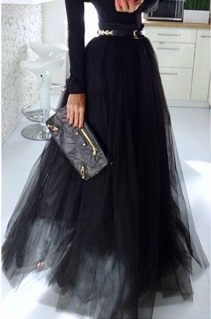 Spoločenská tylová maxi sukňa s možnosťou rozopnutia na zips v zadnej časti…
