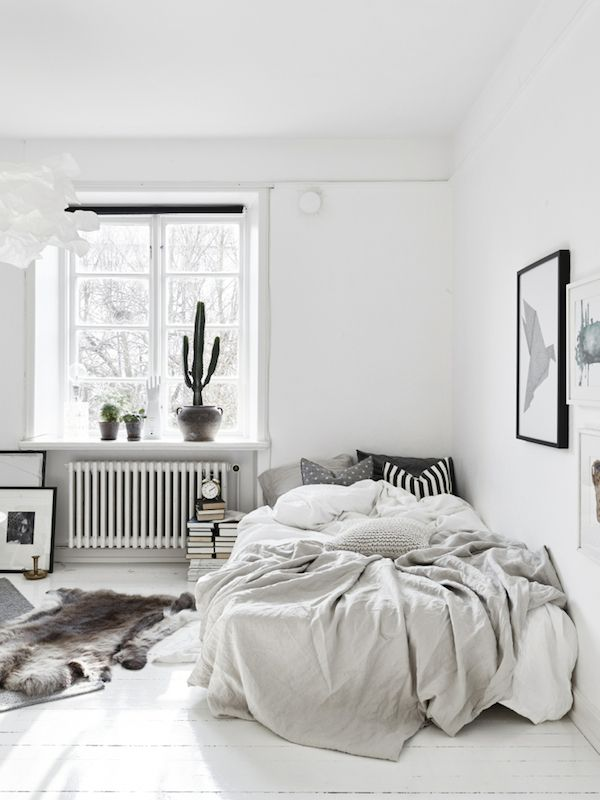 Small space inspiration in monochrome. Stadshem. More inspo on Sassy In The City