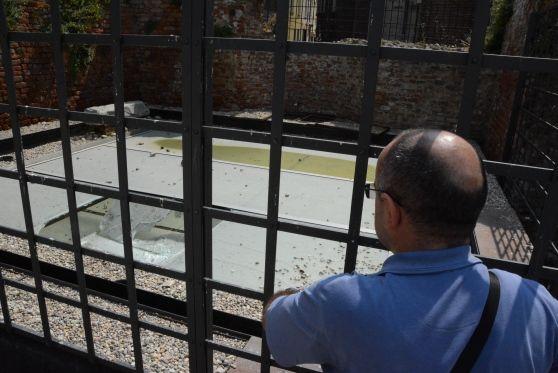 Sabato notte, nel centro storico di Pavia, una pesante pietra ha infranto la vetrata monumento che ricorda le quattro vittime della caduta della Torre Civica, uno dei simboli della città lombarda,