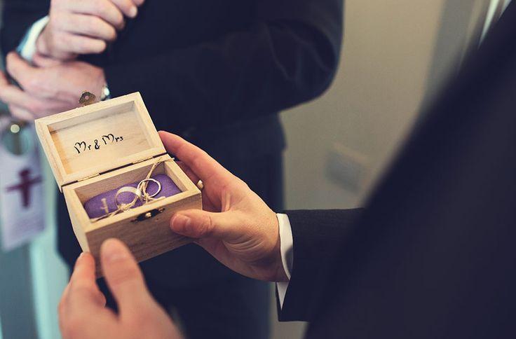 wooden box purple wedding on Isola del Garda, Lake Garda Italy - planning: StyleAWedding bouquet www.styleawedding.com photography: Enrico Celotto photographer #wedding #matrimonio #rings