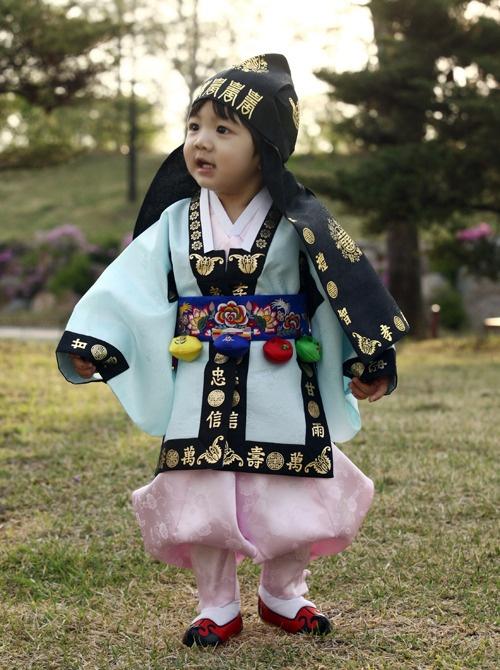 Baby boy's #hanbok omg... its yoogeun... <3