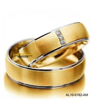 Modelo: AL10-0182 Material: Ouro 18k Cor: Amarelo e branco ou Rose e branco Peso médio do par: 20,00 grs. Largura masculina: 7,00 mm Largura feminina: 7,00 mm Acabamento externo: Fosco e polido Acabamento interno: Anatômico – Polido Pedra: Diamante - Lapidação brilhante Quantidade: 03 Peso dos diamantes: 4,5 pontos