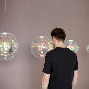 Projekt Iristo lampa, która do złudzenia przypomina mydlaną bańkę.Ręcznie dmuchana szklana lampa z połyskliwą, opalizującą powłoką. Sebastian Scherer, 39-letni projektant...