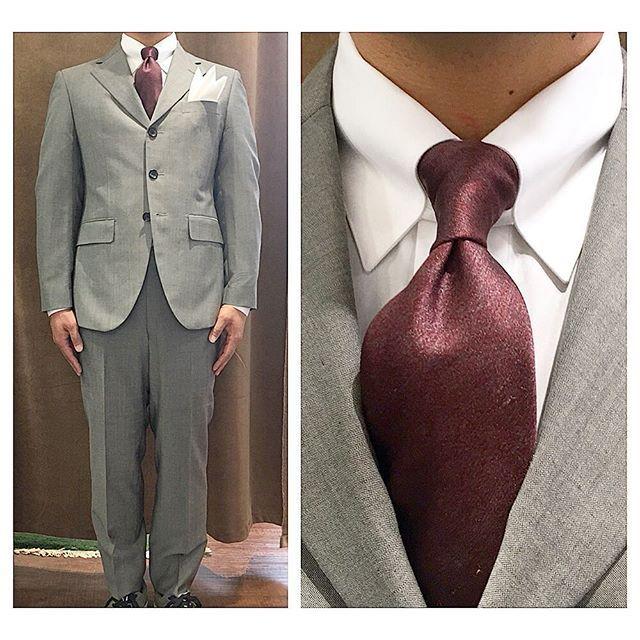 light grey suit.    三つボタンのクラシックなライトグレースーツ。  .  .  .    襟元はワイドラペルにタブカラーシャツと、エンジ色のメランジのネクタイを合わせて。      #ライフスタイルオーダー#オーダースーツ目黒#結婚式#カジュアルウエディング#ナチュラルウエディング#レストランウエディング#結婚準備#新郎衣装#新郎#プレ花嫁#メンズファッション#クラシック#スーツ#タブカラー    #lifestyleorder#japan#meguro#photooftheday#instagood#wedding#tailor#snap#mensfashion#menswear#follow#ootd#mohair#godfather#necktie