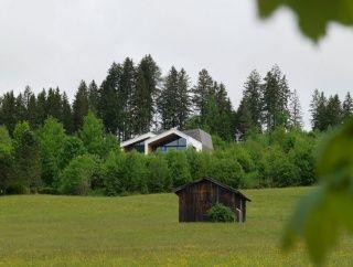 Bývanie v Alpách: Dom, ktorý zvedavo vykúka
