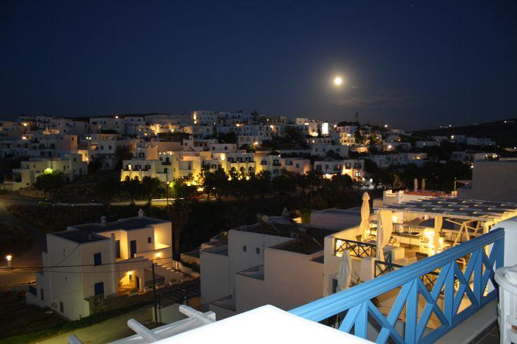Uitzicht op Naousa 's-avonds vanaf het balcon