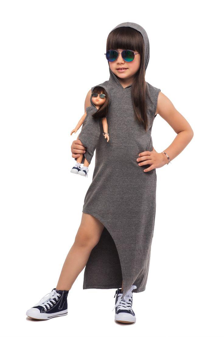 Langes graues Kleid für Mädchen und Puppe. Abgestimmte Kleidung Partnerlook Spielzeug Ideen für Mädchen. Urbaner Look. Urbaner Still