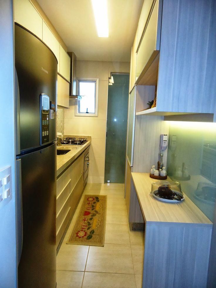 Cozinha corredor com armários dos dois lados -Projeto Mayse Mendonça