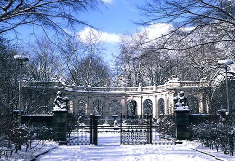 Volkspark Friedrichshain, winterlicher Märchenbrunnen  - Entrance Fairy Tale Fountain
