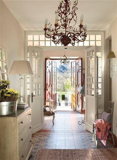 Recibidor con varias puertas y l mpara de ara a casas for Cubre escaleras
