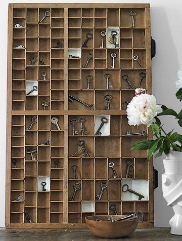 Une collection de clefs exposée dans un tiroir d\'imprimerie / collection of keys exposed in a print's drawer