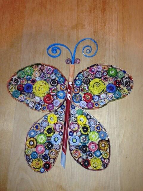 Papillon fait en feuilles de magazines