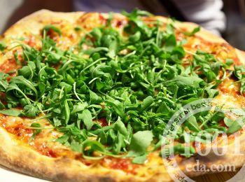 Пикантная пицца с рукколой и чесноком
