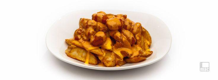 Una especialidad en #ElRevoltijo  Cama de Papas Fritas sazonadas, bañadas en queso cheddar, con pechugas bañadas en salsa búfalo y arriba de todo esto, un delicioso aderezo especial de la casa.