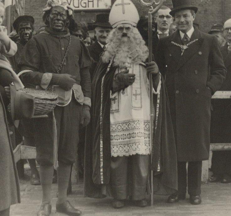 Aankomst van Sint Nicolaas en twee pieten op het station Vught (ca. 1950). Ook hier zie je de ketting.