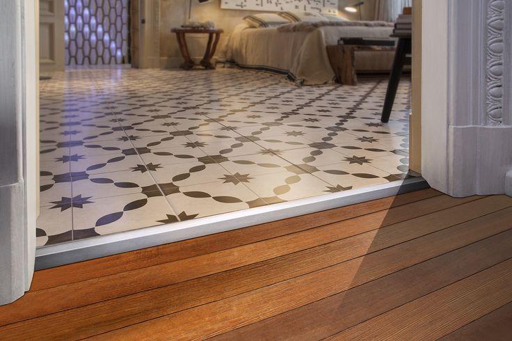 Pisos de porcelanato y madera en diferentes alturas unidos por el Desnivel con Sistema Quick-Fix. Modernidad y seguridad en la transición.