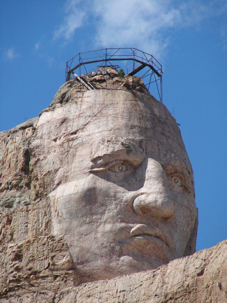 Dit is het hoofd van Crazy Horse, deel van het Crazy Horse Memorial. Het antwoord van de indianen op Mount Rushmore, dat midden in hun heilige Black Mountains werd gehakt. Aan het Crazy Horse Memorial wordt al meer dan 40 jaar gewerkt. Meer weten over deze bestemming? http://to.kras.nl/pinterest_verenigde-staten