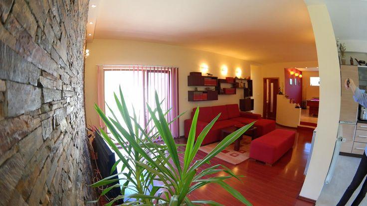 PROPRIETATE REPREZENTATA DE AGENTIA PROPERTY LAB  Vila la sol cu design deosebit compusa din 5 camere dupa cum urmeaza : living, bucatarie, 2 bai , 2 holuri, 3 dormitoare, loc de recreere si desfasurata pe o SC=180 mp si o ST de 1080 mp.