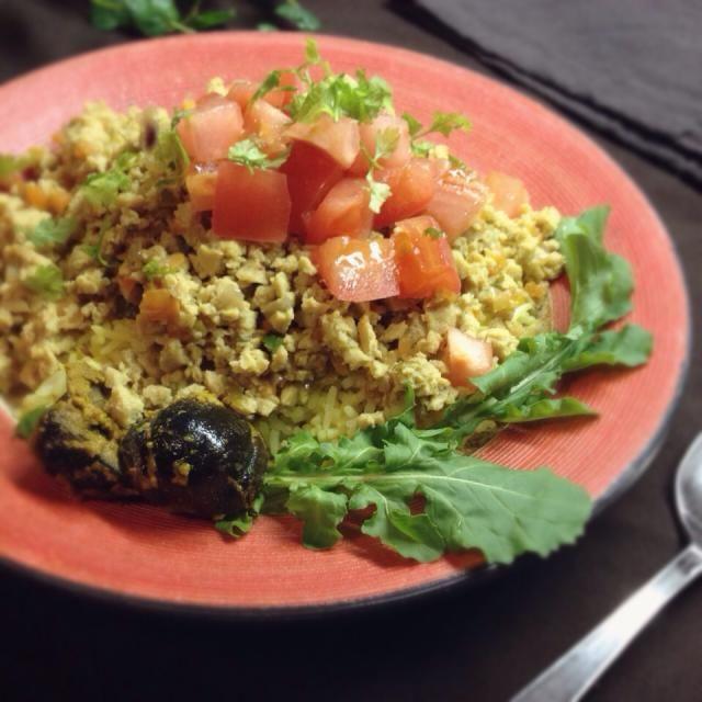 マクロビシェフの岡田英貞さんのレシピで作りました。(雑誌 veggy 35号)  お味噌とかが入って和風の安心できるお味でした。  手前の黒いのは母の作った茄子の辛子漬けです。 - 133件のもぐもぐ - 高野豆腐のドライカレー by machimachicco