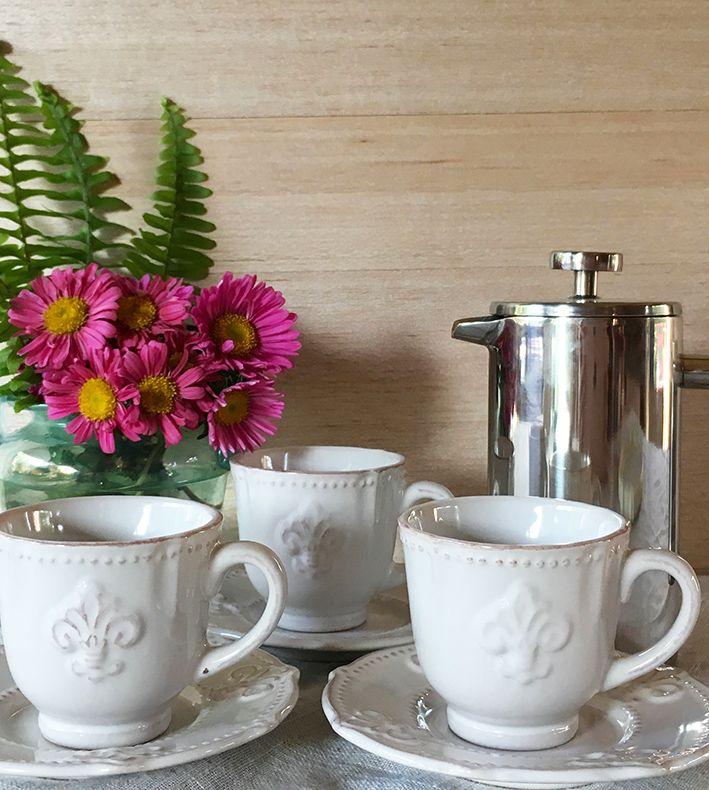 Juego de café provenzal, para darle estilo al mejor momento...el momento del café. Para un café excepcional, prepáralo en nuestra cafetera Kolding, diseño minimalista y acero de primera para una cafetera de presión que te acompañara la vida entera.