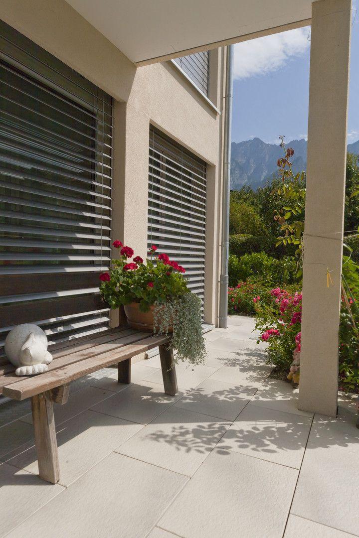 Sand-Grau heißt die tolle Plattenfarbe, die perfekt zur Hauswand passt und einen beruhigenden Effekt hat! Die rinnero Terrassenplatten mit hochwertiger, leicht strukturierter Oberfläche sind besonders leicht zu reinigen. #rinnbeton #design #gartengestaltung